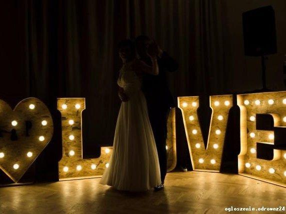Drewniany napis LOVE - do wynajęcia